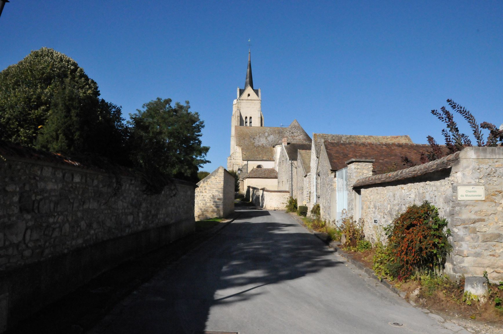 Eglise-vue-rue-Moulin-JVA